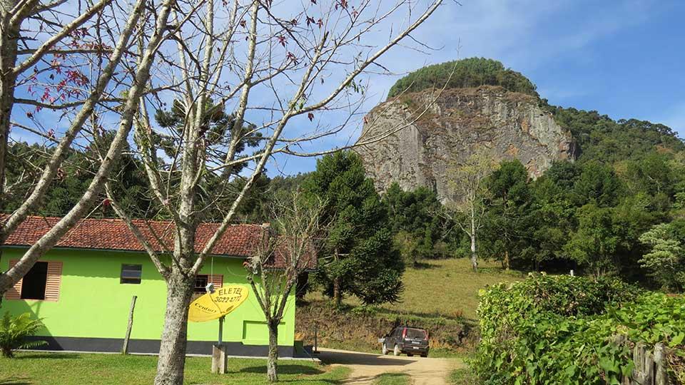 Restaurante Ao Pé da Pedra fica no sopé da Pedra Chanfrada.