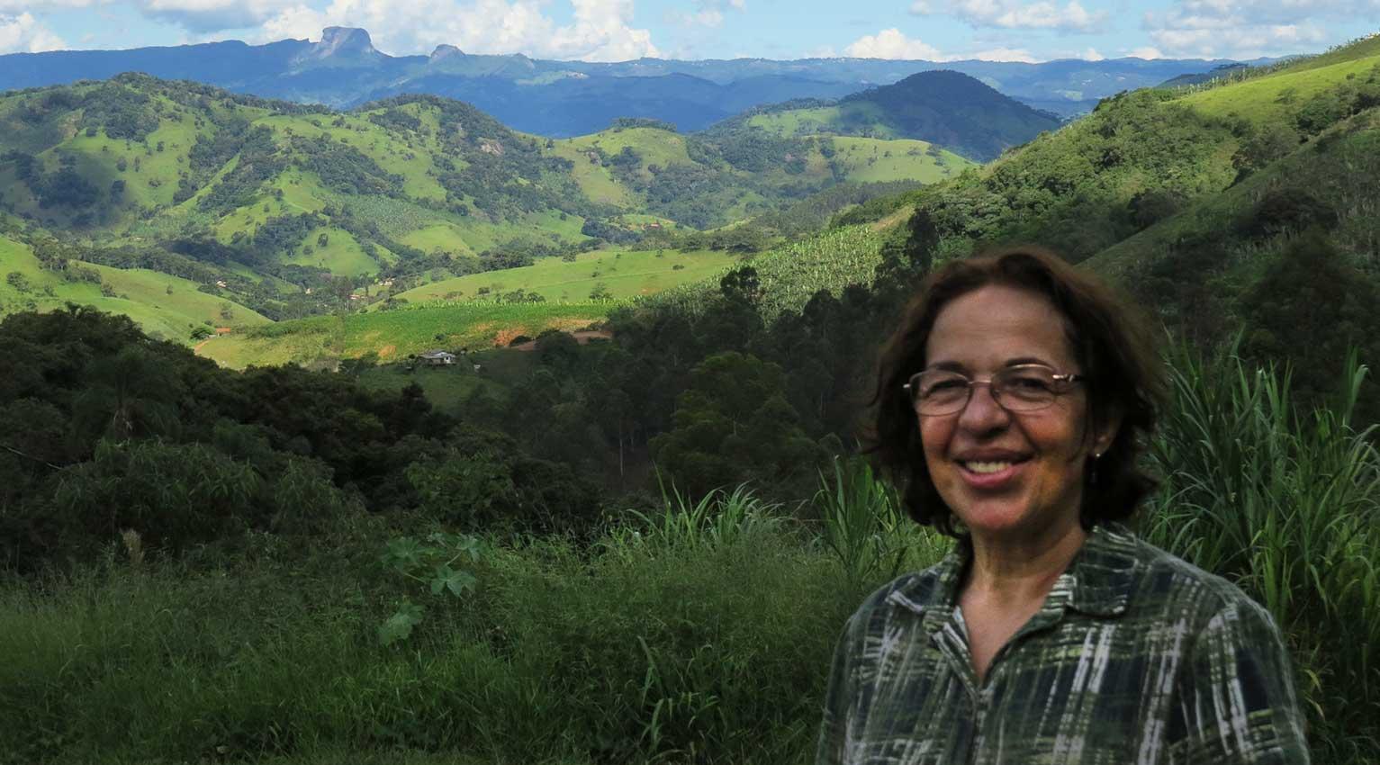Zezé é proprietária do Sítio Três Barras de onde se tem essa linda vista das montanhas - Foto: Amandina Morbeck.
