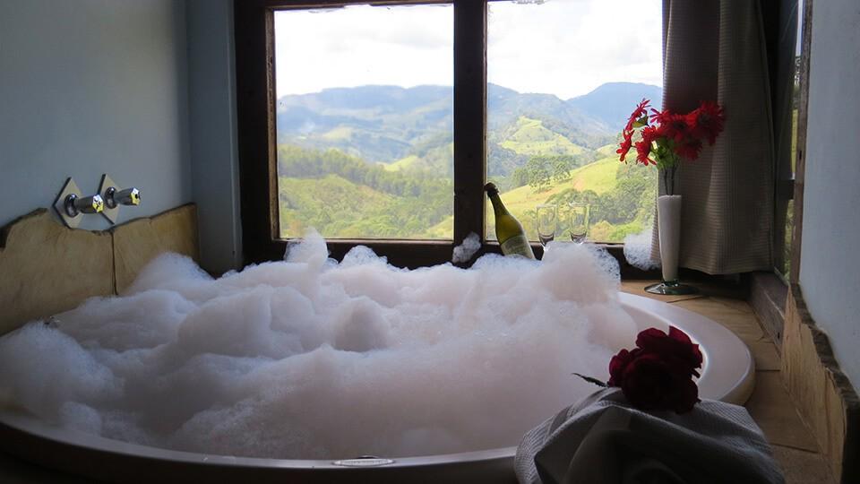 Hidromassagem, água aquecida, vista para as montanhas, romantismo e privacidade - tudo isso você encontra no chalé Hidro na Pousada Serra Vista nos feriados de abril..