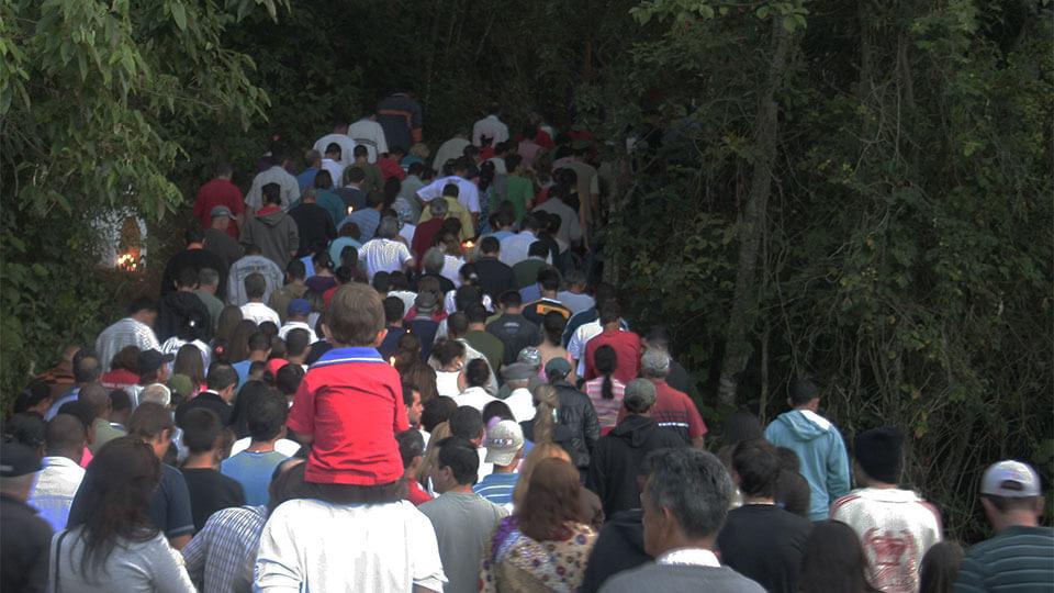 Pessoas de todas as idades participam da procissão na Pedra do Cruzeiro em Gonçalves MG - Foto: Amandina Morbeck.
