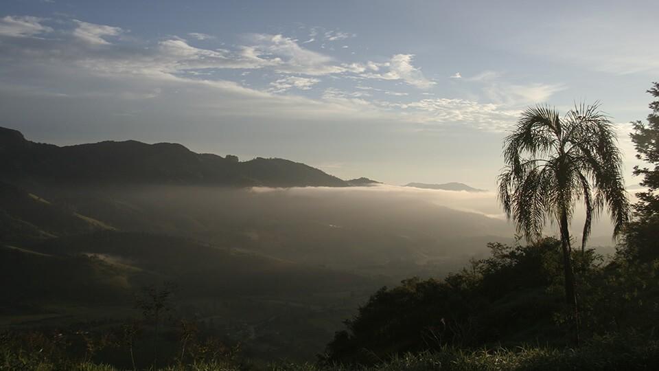 Vale do Lambari banhado pela luz do sol que acabou de nascer - Foto: Amandina Morbeck.